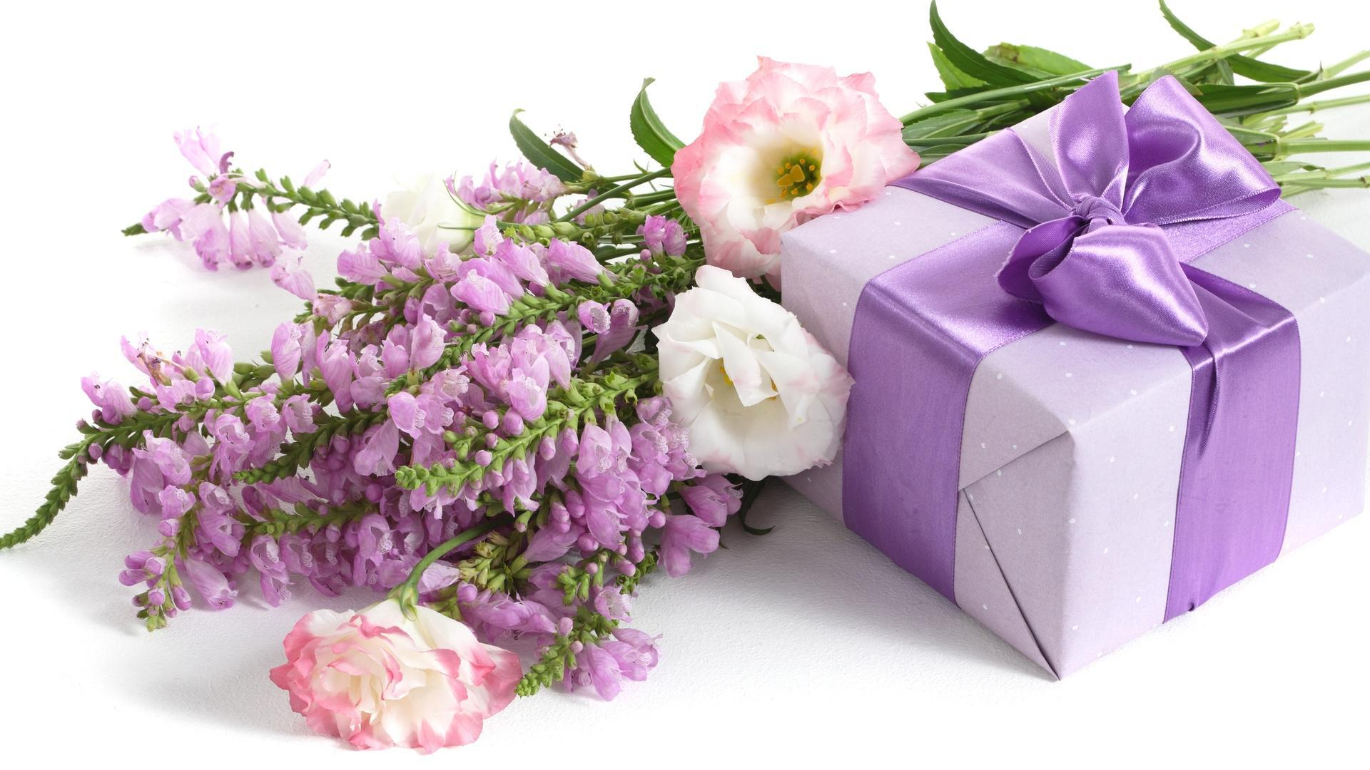 Holidays___International_Womens_Day_Bouquet_of_flowers_and_a_gift_for_a_girl_on_March_8_057125_.jpg
